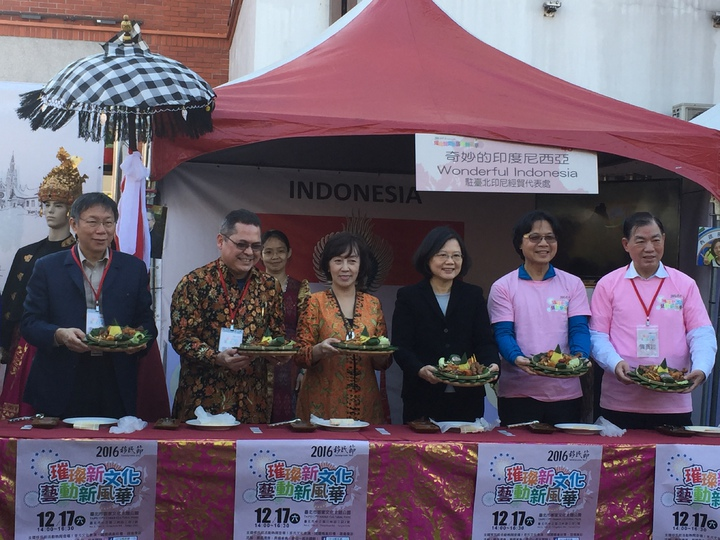 總統蔡英文、內政部長葉俊榮、台北市長柯文哲、移民署長何榮村今出席移民節慶祝活動,在印尼美食攤位製作「雞絲糯米捲」。記者許家瑜/攝影