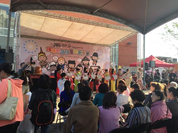 2016年移民節慶祝活動今天下午在北市客家文化主題園區舉行,各國新住民朋友在在舞台前方教民眾說自己國家母語。記者許家瑜/攝影