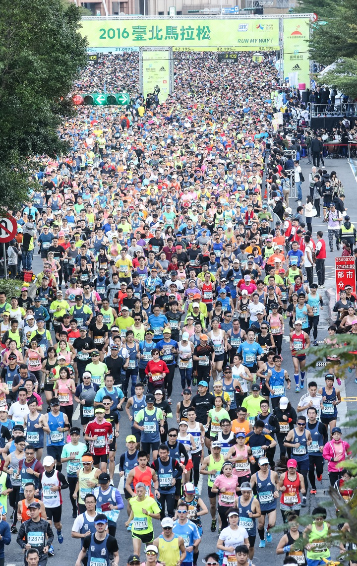 2016台北馬拉松今天上午在台北市政府前登場。記者黃威彬/攝影