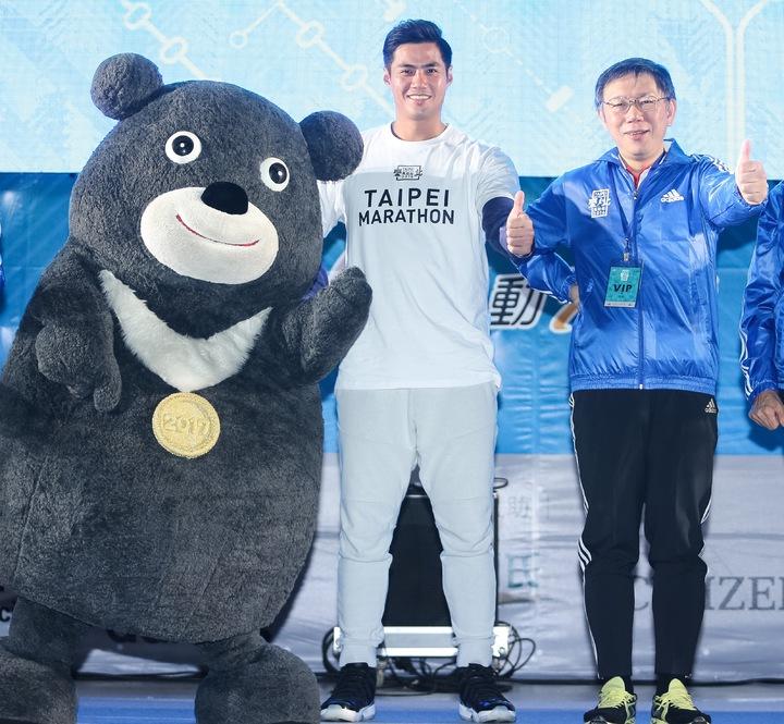 2016台北馬拉松今天上午在台北市政府前登場,台北市長柯文哲(右起)、旅美棒球好手陳偉殷、世大運吉祥物熊讚共同出席起跑儀式。記者黃威彬/攝影