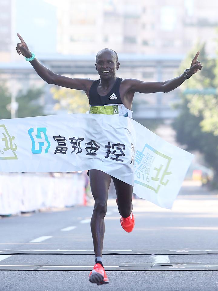 肯亞選手基特瓦拉(Sammy Kitwara),以2小時10分01秒的成績,打破2011年締造的2小時10分24秒的大會紀錄。記者余承翰/攝影