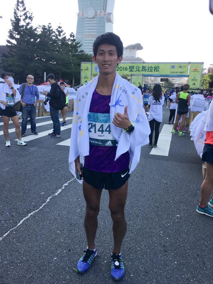 周庭印跑回台北馬拉松的半程冠軍。    記者曾思儒/攝影