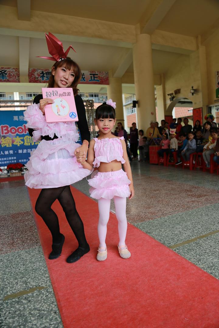 屏東萬巒圖書館辦理「繪本環保創意走秀」,有家長把垃圾袋做成芭蕾舞裙。記者林良齊/翻攝