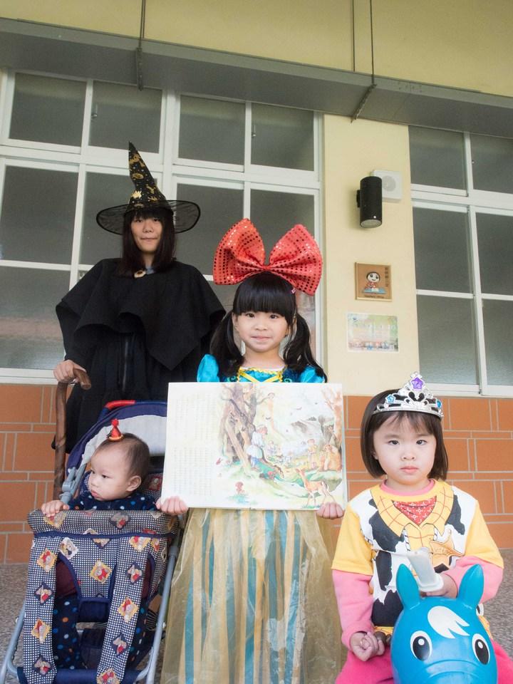 屏東萬巒圖書館辦理「繪本環保創意走秀」,讓全家人都動起來。記者林良齊/攝影