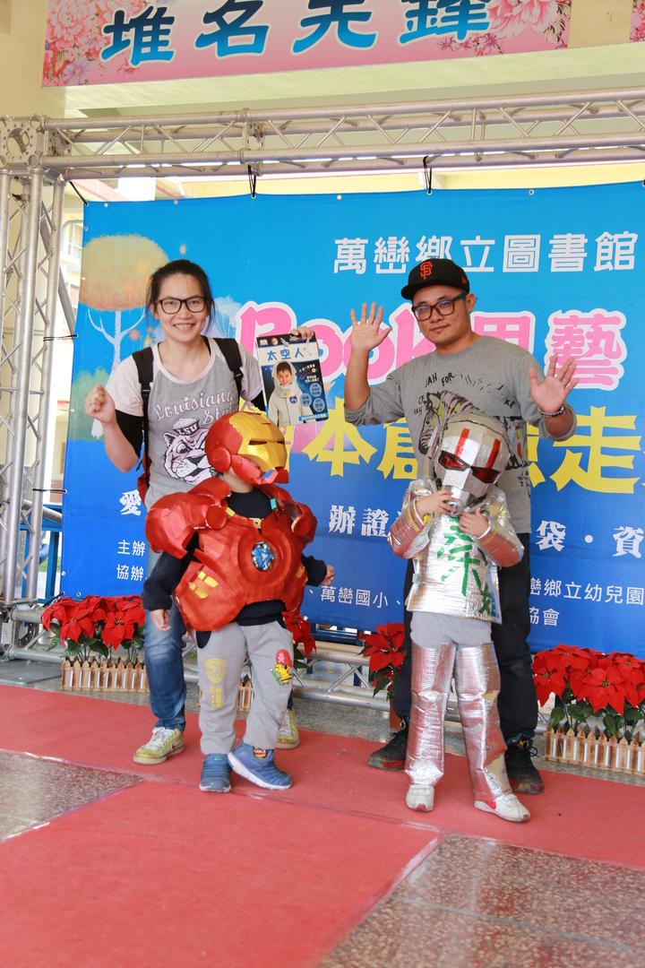 屏東萬巒圖書館辦理「繪本環保創意走秀」,有學生穿上鋼鐵人裝。記者林良齊/翻攝