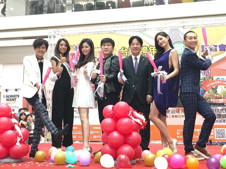 浩子(右起)、Janet、台南市長賴清德、胡瓜、白家綺和阿翔出席民視台南跨年記者會。圖/民視提供
