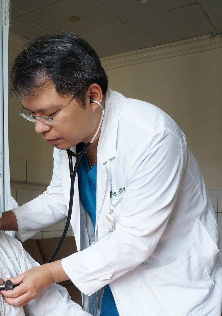 張兼華表示,抽菸、高血壓都是主動脈瘤的危險因子。圖/大林慈濟醫院提供