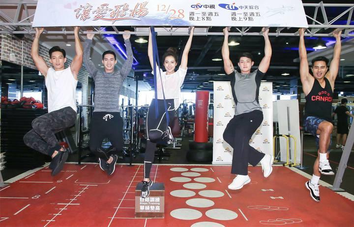 王家梁(左起)、楊鎮、楊晴、寇家瑞、郭彥甫出席健身房集訓記者會。圖/中天提供