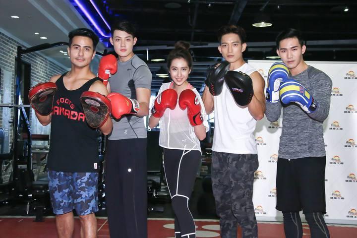 郭彥甫(左起)、寇家瑞、楊晴、王家梁、楊鎮出席健身房集訓記者會。圖/中天提供