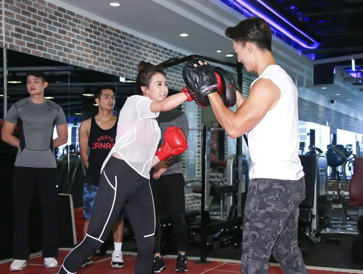楊晴(左)與王家梁甜蜜打拳擊。圖/中天提供