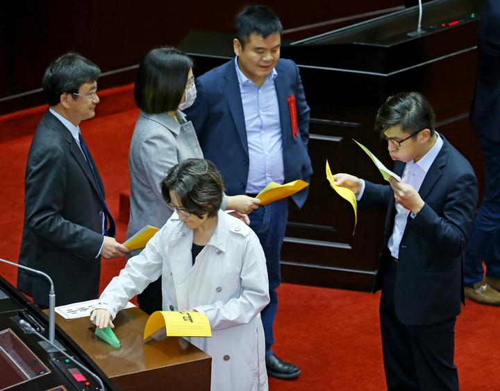 公平會新人事投票,民進黨技術亮票。記者陳柏亨/攝影