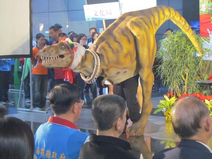 南投縣政府觀光處上午在記者會中,帶來一隻大恐龍,告知大家今年春節有「燈會沙雕和恐龍展」等三合一活動。記者張家樂/攝影