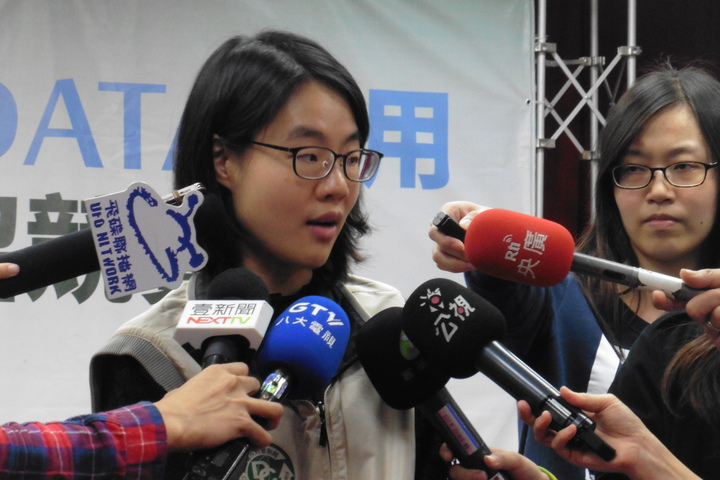 疾管署防疫醫師鄒宗佩說明流感重症與死亡個案。記者黃安琪/攝影