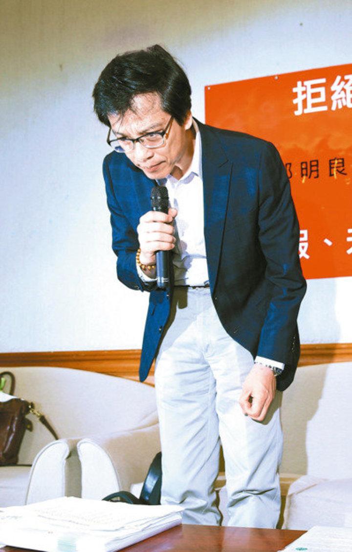 論文造假事件後,台大生化所教授郭明良上午公開澄清說明,並二度鞠躬道歉。 記者曾吉松/攝影