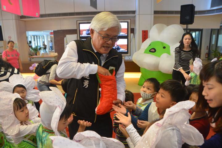 雲林吉祥物可愛「奇萌籽」一登場,就引起全場大小朋友的驚呼,縣長李進勇分送耶誕糖果給參與勁歌熱舞的幼兒園學童。記者胡瑋芳/攝影