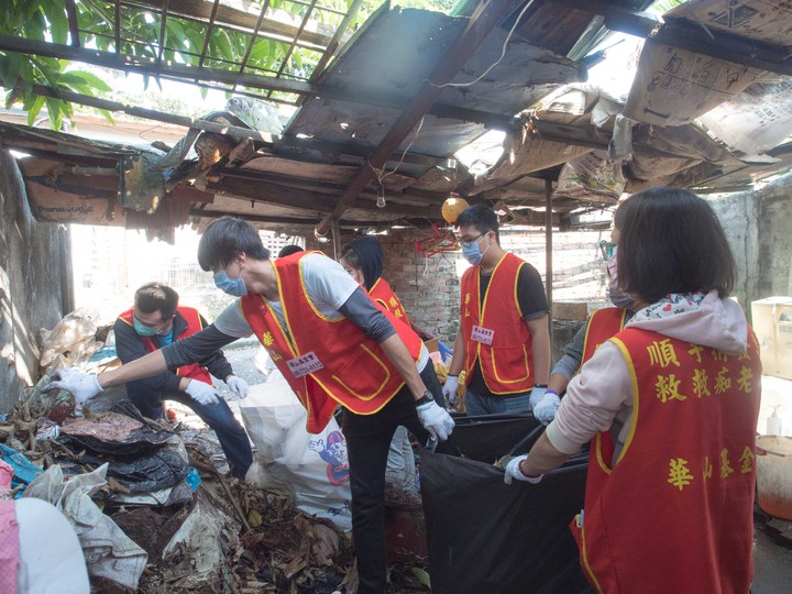 華山基金會今天派人協助阿公整理環境,用紙箱搭起的天花板容易就破裂。記者林良齊/攝影