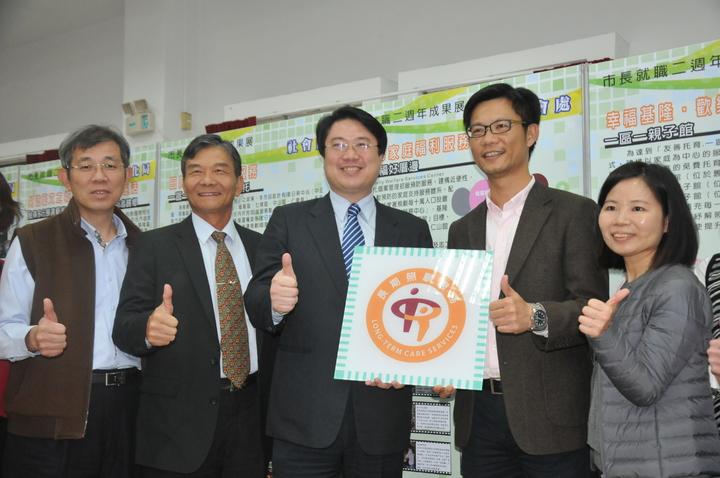 基隆市長林右昌(右三)今舉行就職2周年記者會,宣布一定爭取連任成功。記者游明煌/攝影