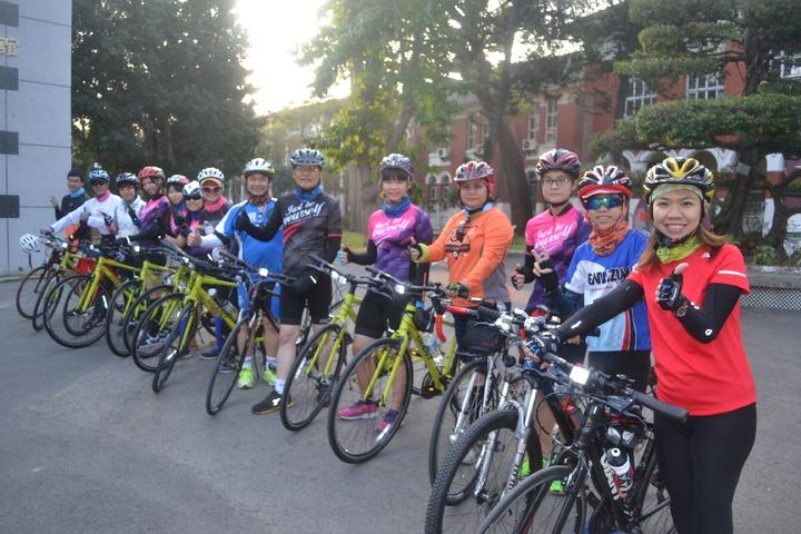 台南女中為癌友募款,今明兩天天騎單車挑戰150公里,希望明年有更多學校加入助癌友行動。記者鄭惠仁/攝影