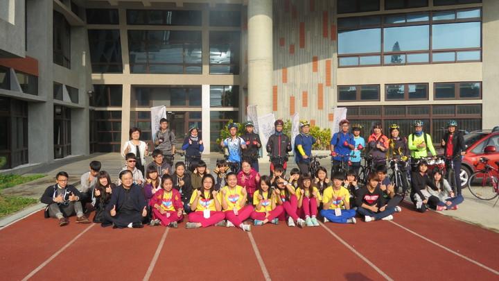台北市萬芳高中、台南女中單車捐髮大會師,萬芳高中車隊到中途站苗栗高中,獲得熱烈回響。記者范榮達/攝影