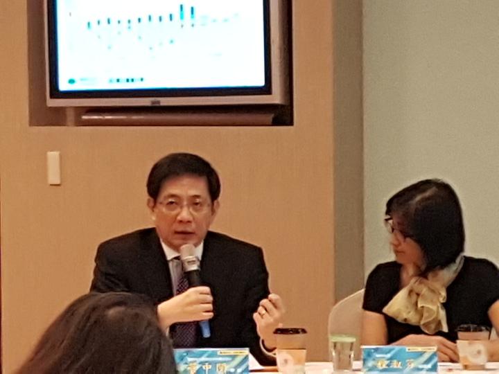 台大財金系教授、中研院院士管中閔說,明年經濟兩大不確定,一是出口、一是匯率。記者孫中英/攝影。
