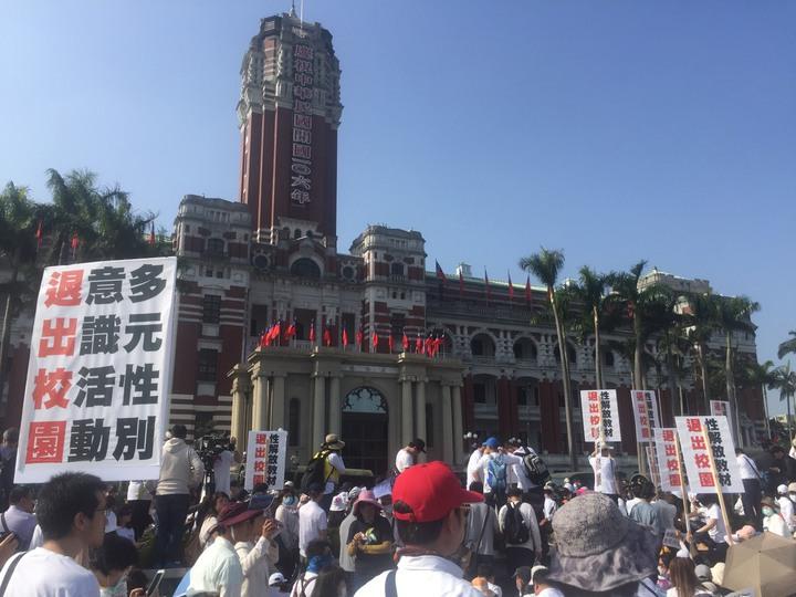 不滿同婚過初審,反同團體赴總統府抗議。記者王騰毅/攝影