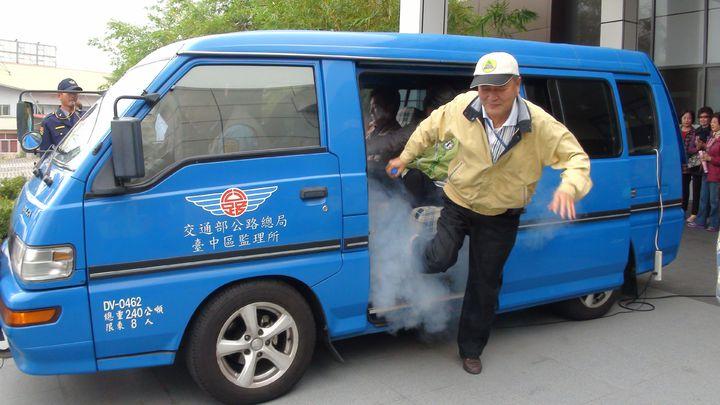 採茶車逃生演練,一旦超載,逃生時間逾黃金4秒。記者王慧瑛/攝影