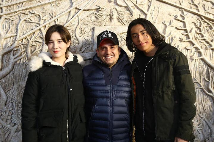 王大陸(右)見到「美國隊長3」導演喬羅素(中),非常興奮。圖/王大陸工作室提供