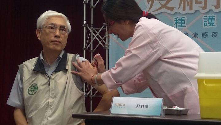 疾管署表示,民眾若沒接種到疫苗也別太擔心,建議平時勤洗手,注意個人衛生,出入人多公共場所戴上口罩,也可以降低感染流感的機率。圖為衛福部長林奏延接種流感疫苗。記者羅真/攝影