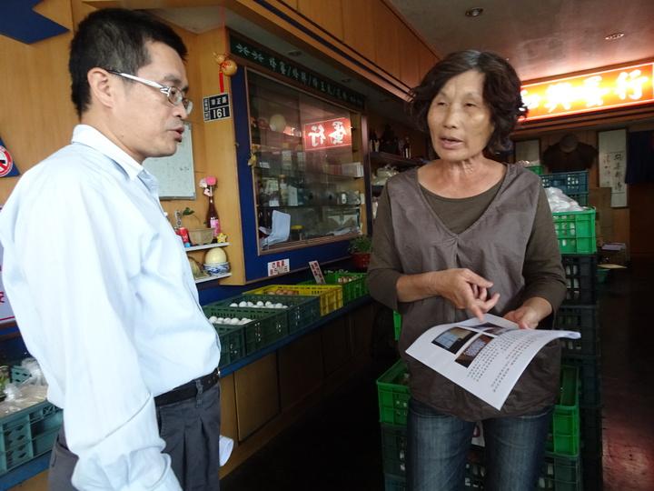 屏東縣家畜疾病防治所稽查禽蛋使用的一次性包材,業者(右)直批「實在太亂了」。記者翁禎霞/攝影