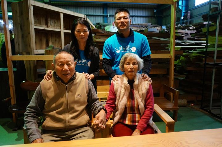 嘉市老字號順益木業第一代創辦人顏朝順(前左)和兒子顏維德(後右)的家族照。記者林伯驊/攝影