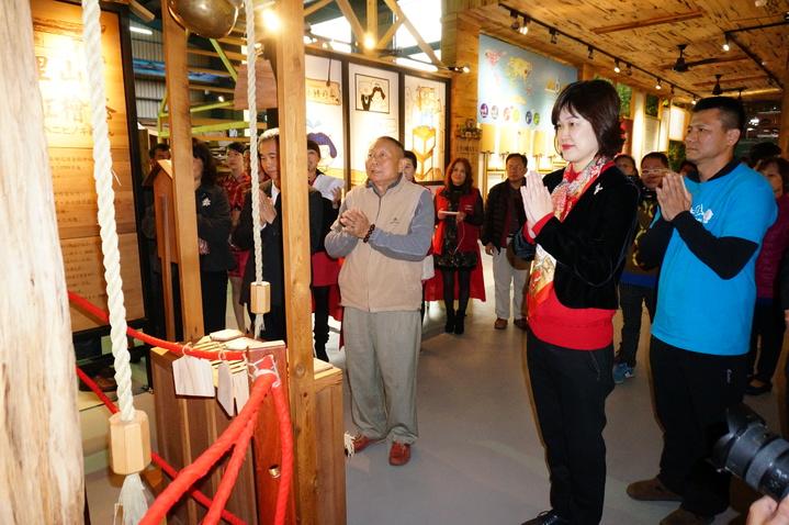 立委李俊俋夫人陳佳慧(右2)對鎮廠之寶紅檜木祈福。記者林伯驊/攝影