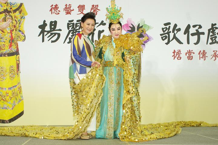 楊麗花(右)宣布復出將和得意門生陳亞蘭辦海選。圖/寶麗來提供