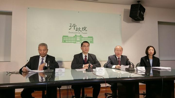 行政院宣布當沖證交稅將減半,財政部長許虞哲(左)表示將更有競爭力。記者鄭宏斌/攝影