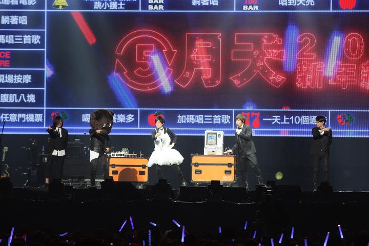 怪獸(中)穿天鵝裝,石頭(左2)戴熊熊頭套,眾人一起跳歌曲「小護士」。記者梅衍儂/攝