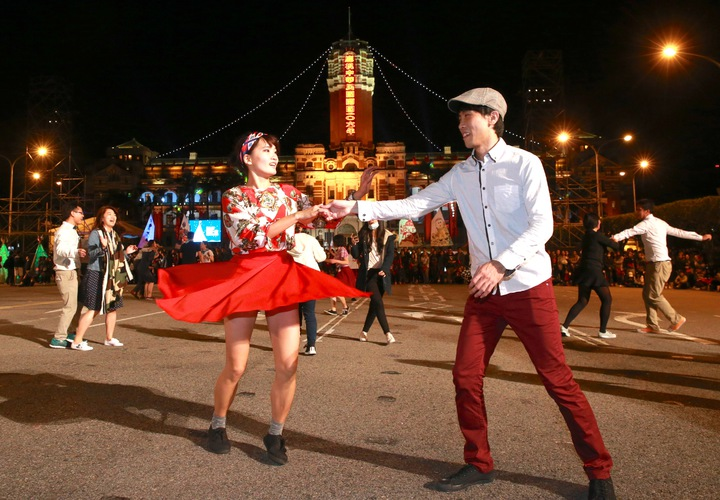 「2017我們一起總統府升旗音樂會」,上午在總統府廣場舉行,由青年團成員組成的台灣全體 Swing 舞者大跳復古舞曲,展現新年的歡樂氣氛。記者黃義書/攝影