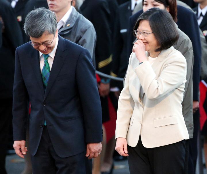蔡英文總統(右)在升旗典禮結束後,向副總統陳建仁(左)說悄悄話,兩人笑得開心。記者侯永全/攝影
