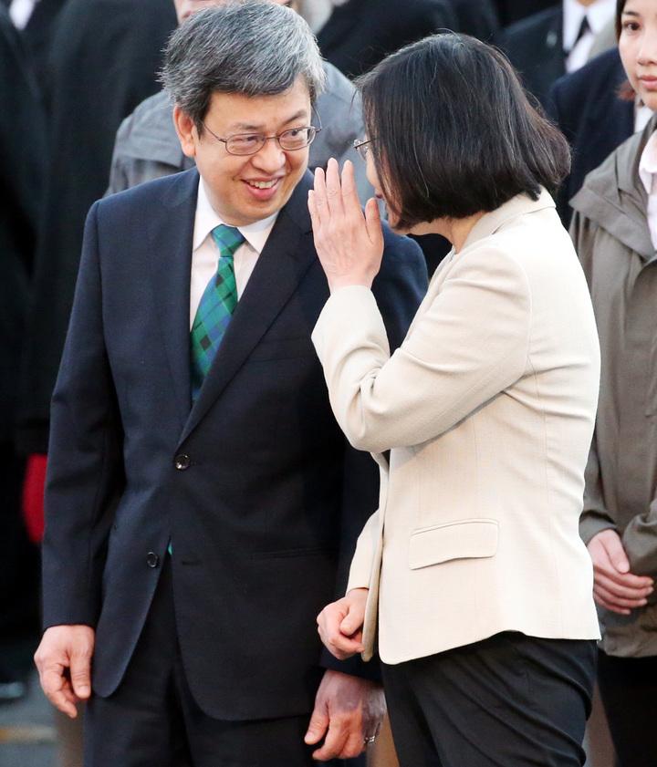蔡英文總統(右)在升旗典禮結束後,向副總統陳建仁(左)說悄悄話。記者侯永全/攝影