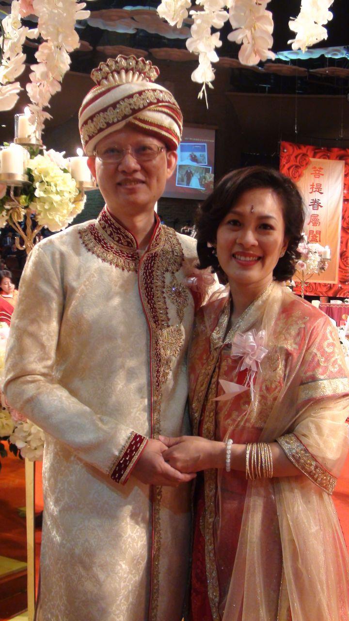 結婚15年的李明儒與黃&#28702萱,穿著到印度朝聖採買的服飾,參加今天佛光山菩提屬眷屬祝福禮。記者王昭月/攝影