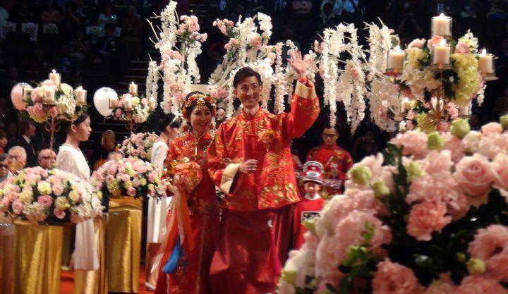不少新人穿著大紅古式結婚禮服,讓婚禮會場充滿東方的喜慶之美。記者王昭月/攝影