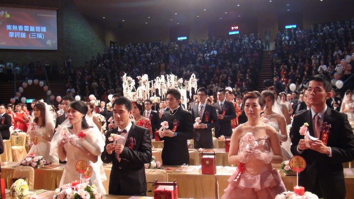 佛光山今年邁入開山第51年,2017年元旦舉辦的佛化婚禮,正巧有51對新人宣誓攜手共度人生。記者王昭月/攝影