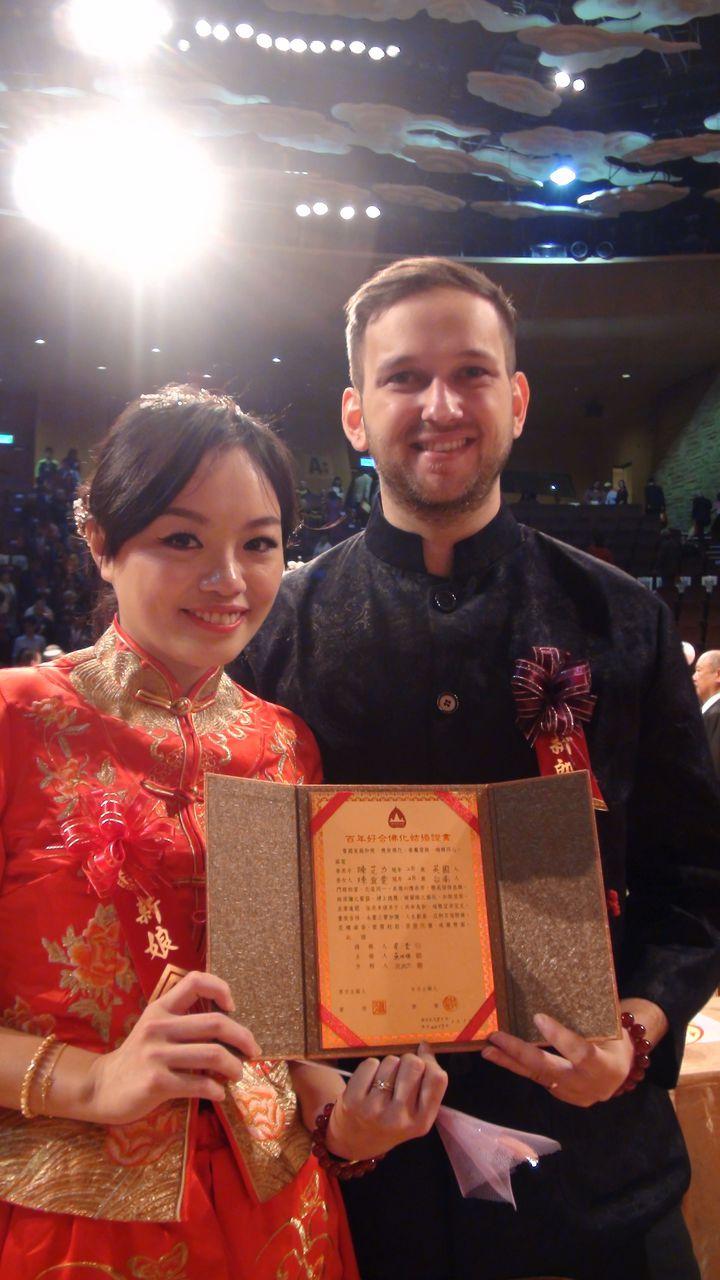 陳宜雯(左)今天與英國籍洋夫婿陳艾力參加佛化婚禮,中西聯姻。記者王昭月/攝影