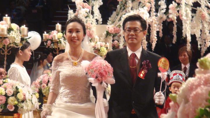 新人們參加加佛光山佛化婚禮,喜氣洋溢。記者王昭月/