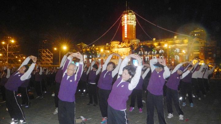 總統府前今天清晨舉辦元旦升旗典禮,北廣場與會的人群中還有千名返老還童氣功協會學員於清晨5點多展開大團練,為活動增添朝氣。圖/返老還童氣功協會提供