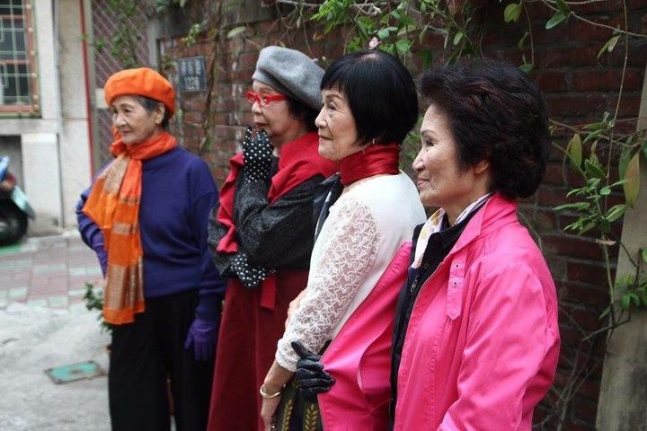 銀同里和成大建築系合作,舉辦「我的少女時代」活動,由崑山科大老師陳怡君幫長者化妝、葉芳妤指導儀態,讓四位平均約70歲的長者重回少女時代。圖/鵪鶉鹹派提供