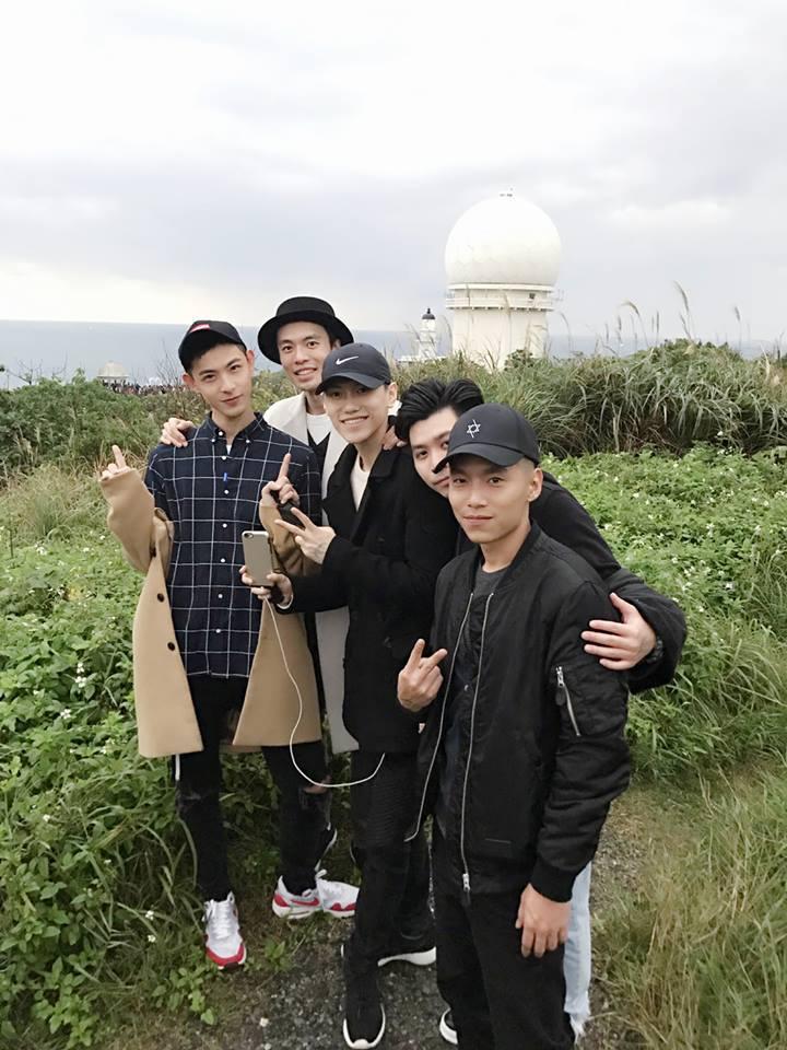 晨翔(左)和友人們看曙光迎接新年。圖/摘自臉書