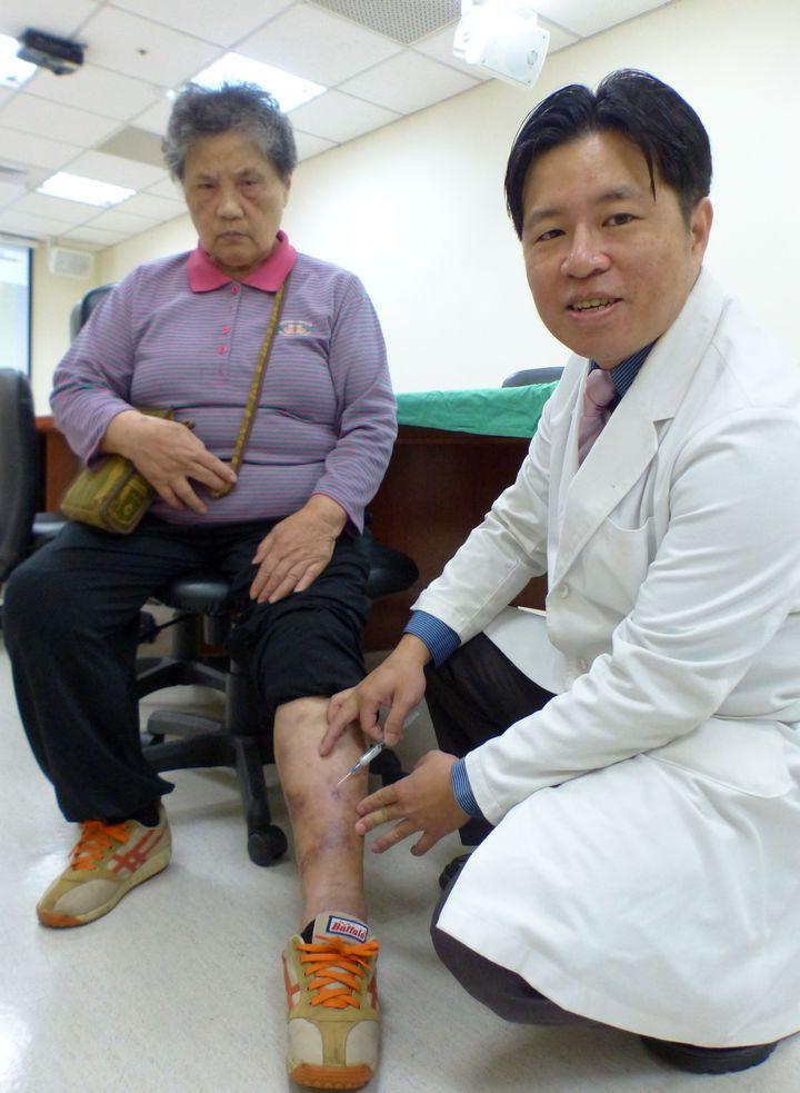 劉姓老婦人經向醫師林子鈞求診後,左小腿靜脈曲張腫漲、發癢情況獲改善。記者趙容萱/攝影