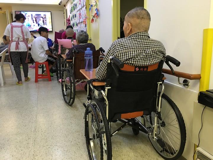 台灣長照發展協會全聯會指出,小型老人機構勢必因人事成本而漲價,概算民眾1年得多付將近2萬元。 圖/報系資料照