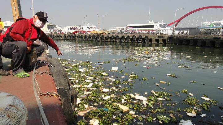 東琉線碼頭交通客船停泊處堆積許多垃圾,碼頭工作人員指出甚至還有動物屍體,味道噁心難聞。記者蔣繼平/攝影