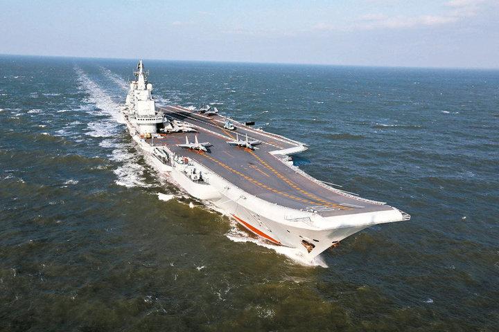 共軍航空母艦「遼寧號」24日赴西太平洋海域開展遠海訓練,首次駛出第一島鏈。 中新社