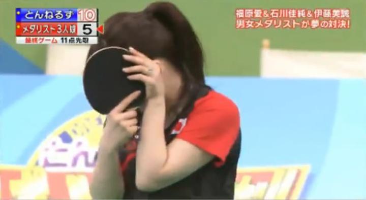 福原愛看到老公帥臉面具害羞到遮臉。圖/摘自YouTube